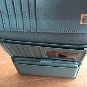 Stone Mountain Accessories Bags - NWT STONE MOUNTAIN Trifold Leather Wallet/Checkboo